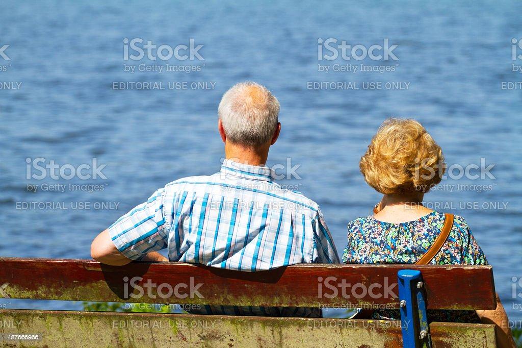 Kaukasier altes Paar Sitzen im Sonnenschein an Baldeneysee – Foto