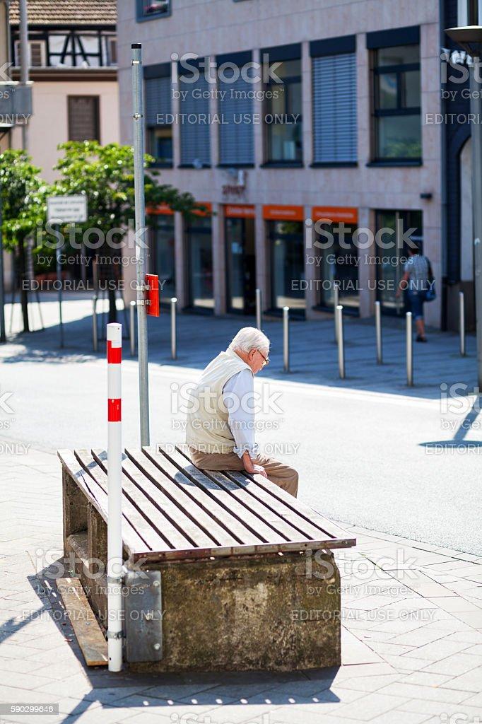 Caucasian senior man sitting alone Стоковые фото Стоковая фотография