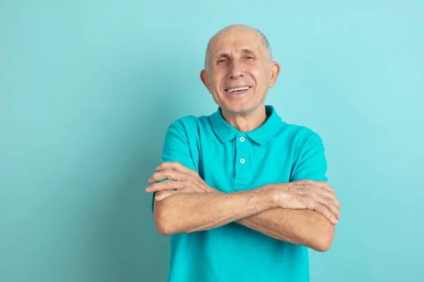 Kaukasische Senior Mann Porträt isoliert auf blauem Studio Hintergrund – Foto