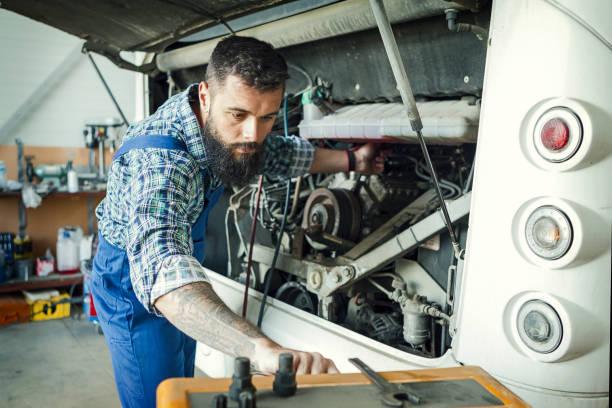 Caucasian Vehicles Technician arbeitet an einer Busklimaanlage – Foto