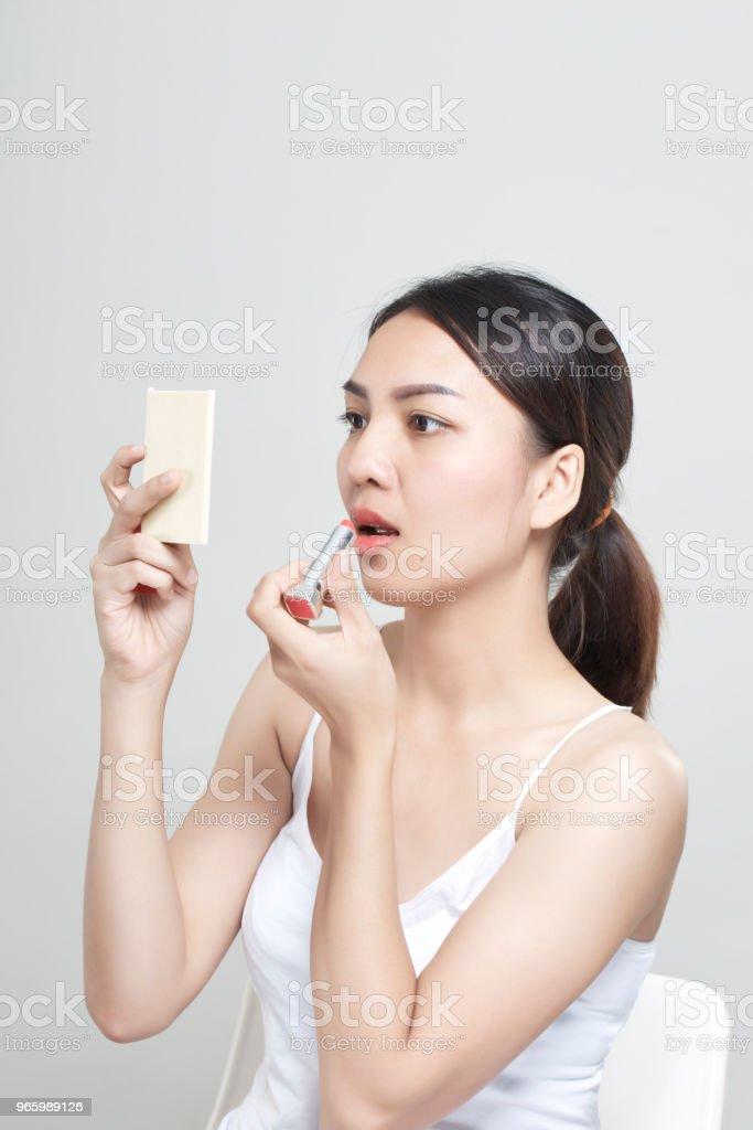 Kaukasische vrouw toepassing van lippenstift in spiegel - Royalty-free Aanbrengen Stockfoto