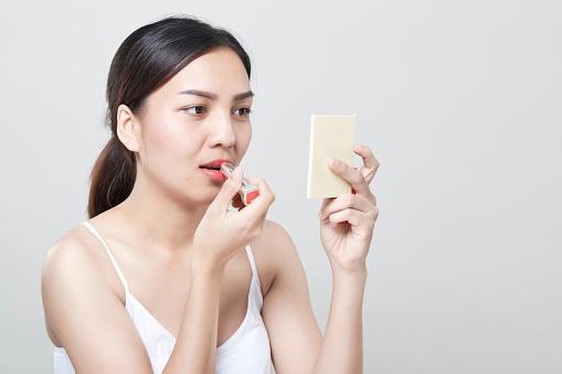 Kaukasiska Kvinna Om Läppstift I Spegel-foton och fler bilder på Applicera