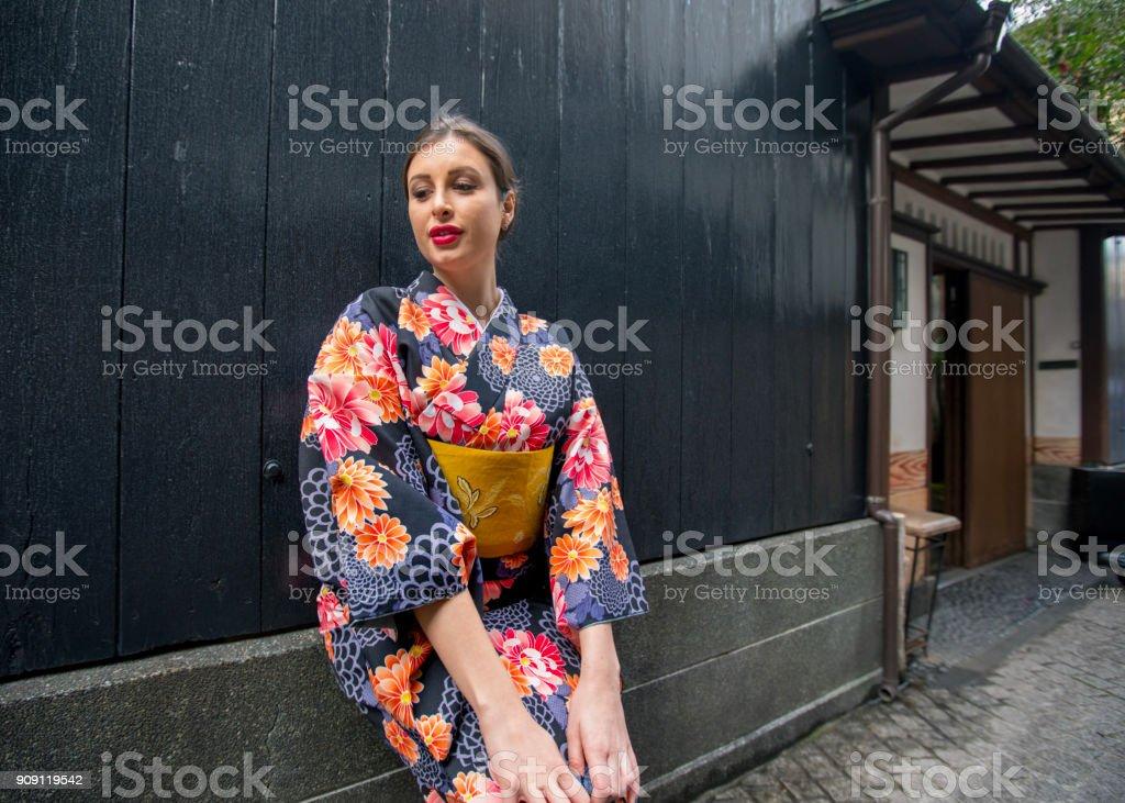 008f65057 Mujer Caucásica En Kimono Apoyado En La Pared Foto de stock y más ...