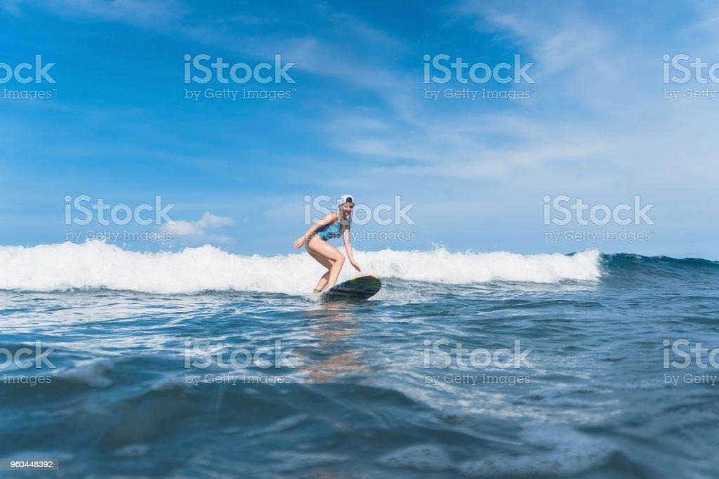 femme caucasienne en natation combinaison surf dans l'océan - Photo de Activité de loisirs libre de droits