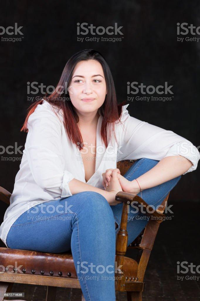 Mujer Caucásica Con Piel Pálida Y Pelo Oscuro Con El Rojo