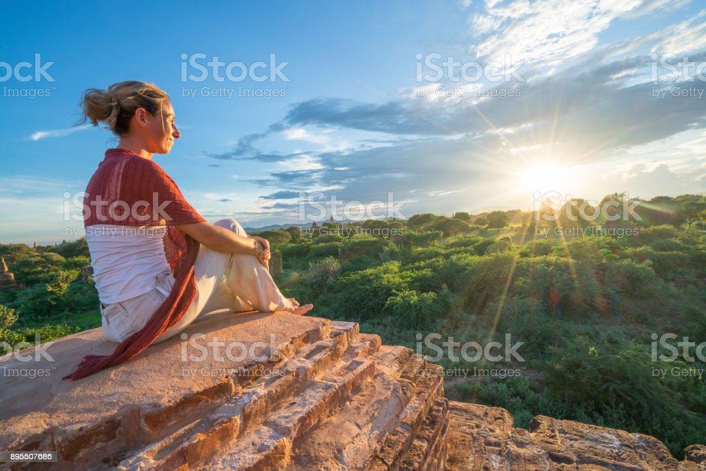 Kaukasische junge Frau, die Betrachtung der archäologischen Zone von Bagan bei Sonnenaufgang, Burma – Foto