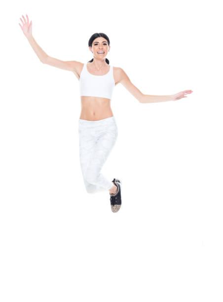 kaukasische junge sportlerinnen springen in sportkleidung - damen hosen größe 27 stock-fotos und bilder