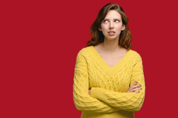 Kaukasien junge Frauen in gelben Pullover im Studio auf dem klaren Hintergrund. – Foto