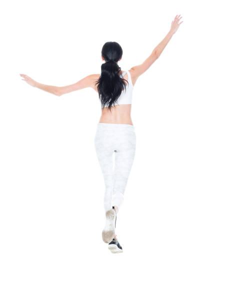 kaukasien junge frauen springen vor weißem hintergrund tragen leggings - damen hosen größe 27 stock-fotos und bilder