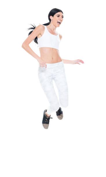 kaukasien junge frauen springen tragen sport-bh - damen hosen größe 27 stock-fotos und bilder