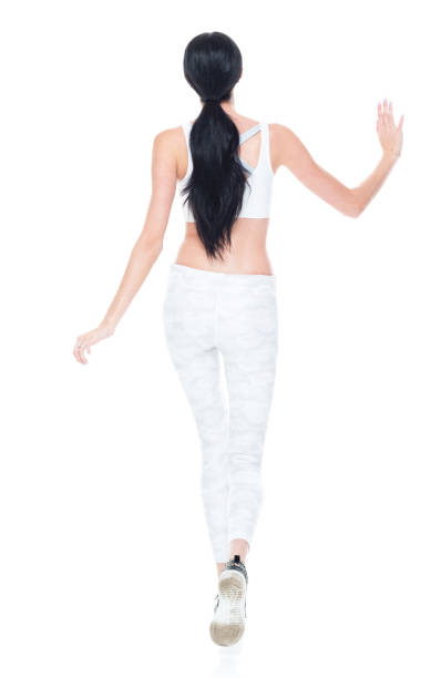 kaukasien junge frauen zu fuß vor weißem hintergrund tragen sport-bh - damen hosen größe 27 stock-fotos und bilder