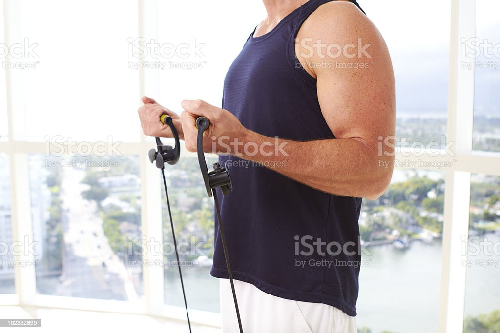 Hombre haciendo Caucasion resistencia de entrenamiento bajo techo - Foto de stock de 30-39 años libre de derechos