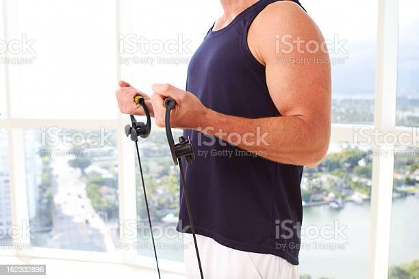 Hombre Haciendo Caucasion Resistencia De Entrenamiento Bajo Techo Foto de stock y más banco de imágenes de 30-39 años