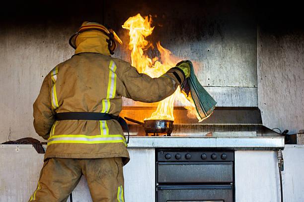 apanhadas em fogo - burned cooking imagens e fotografias de stock