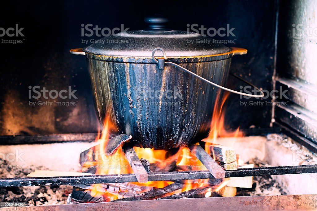 Caldero en fuego - foto de stock