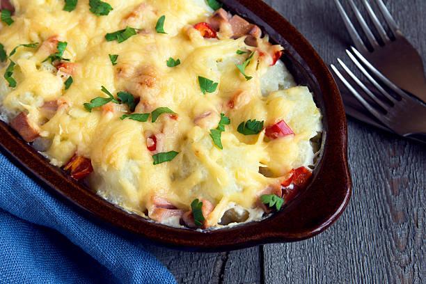 blumenkohl und käse überbackene - gebackener blumenkohl stock-fotos und bilder