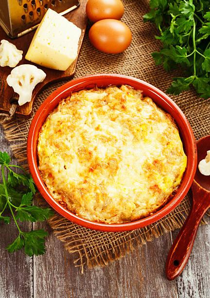 blumenkohl überbacken mit käse und eiern - gebackener blumenkohl stock-fotos und bilder