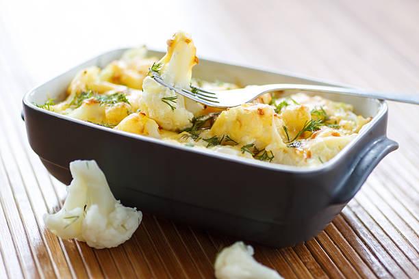 blumenkohl gebacken mit ei und käse - gebackener blumenkohl stock-fotos und bilder