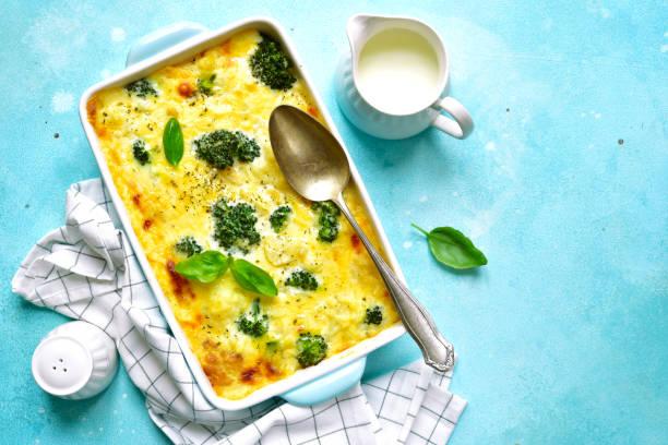 blumenkohl-broccoli-gratin - gebackener blumenkohl stock-fotos und bilder
