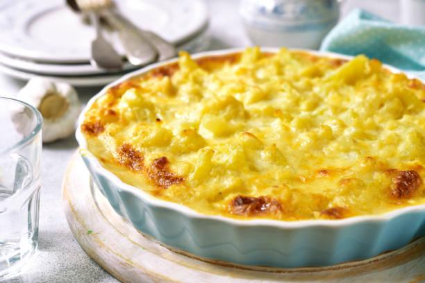 blumenkohl-auflauf mit käse und milch-sauce - gebackener blumenkohl stock-fotos und bilder