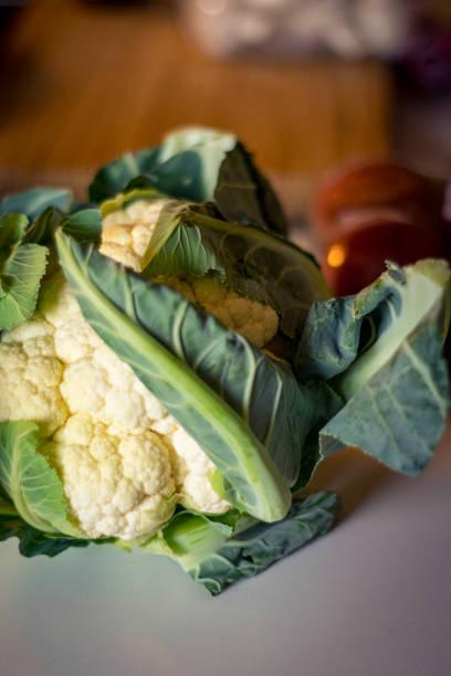 blumenkohl-detail auf tisch - essensrezepte stock-fotos und bilder