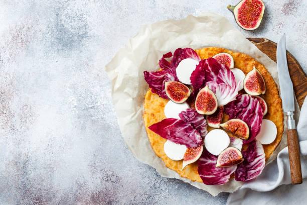 """blumenkohl-pizzakruste mit feigen, radicchio und """"ngoat-käse. vegetarisch, getreidefrei, low carb, glutenfreie ernährung konzept - low carb pizzateig stock-fotos und bilder"""