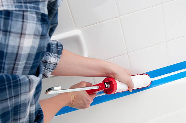 abdichten der badezimmer - fugen reinigen stock-fotos und bilder