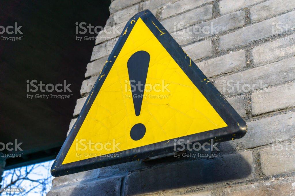 caution sign on the wall - Zbiór zdjęć royalty-free (Bez ludzi)