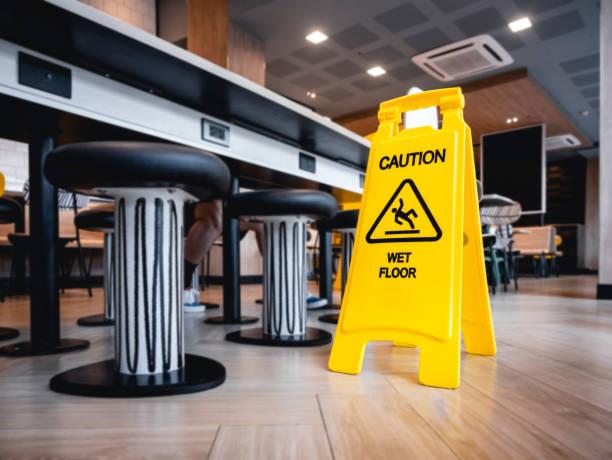 attention étage de signalisation humide stand bâtiment intérieur - mouillé photos et images de collection