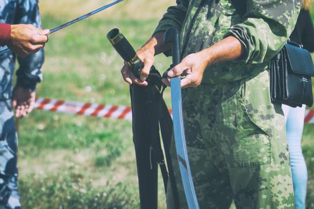 kavallerie-schwert in den händen der soldaten - hackmesser stock-fotos und bilder