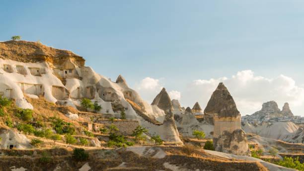 cave city in kappadokien, türkei - hotels in der türkei stock-fotos und bilder