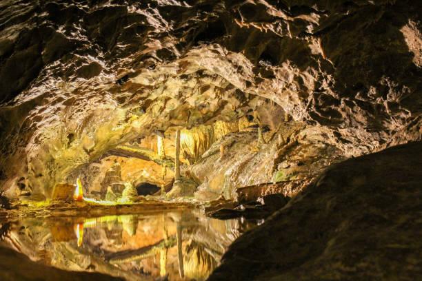 동굴 종유석과 석 순으로 복잡 한 - 카르스트 지형 뉴스 사진 이미지