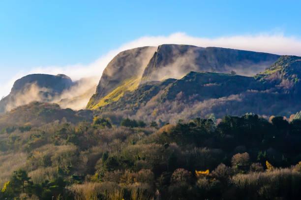 Cavehill, Belfast, mit niedrigen Wolken und Nebel. – Foto