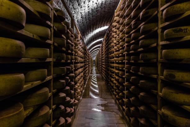 caves à fromage - ser comte zdjęcia i obrazy z banku zdjęć