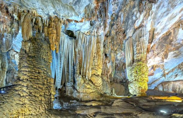 Höhlenförmige Kalksteingeologische Formationen mit schönen Stalaktiten und Stalagmiten – Foto