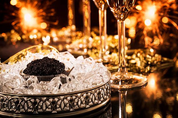 caviar o champán - caviar fotografías e imágenes de stock