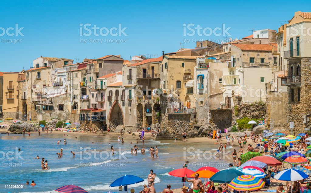 Cefalù waterfront with peole relaxing on a sunny summer day. Sicily, southern Italy. foto stock royalty-free