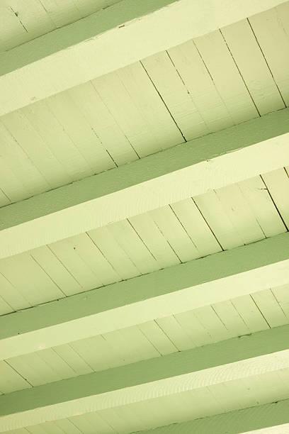 decke einfallende plank gebäude struktur - veranda decke stock-fotos und bilder