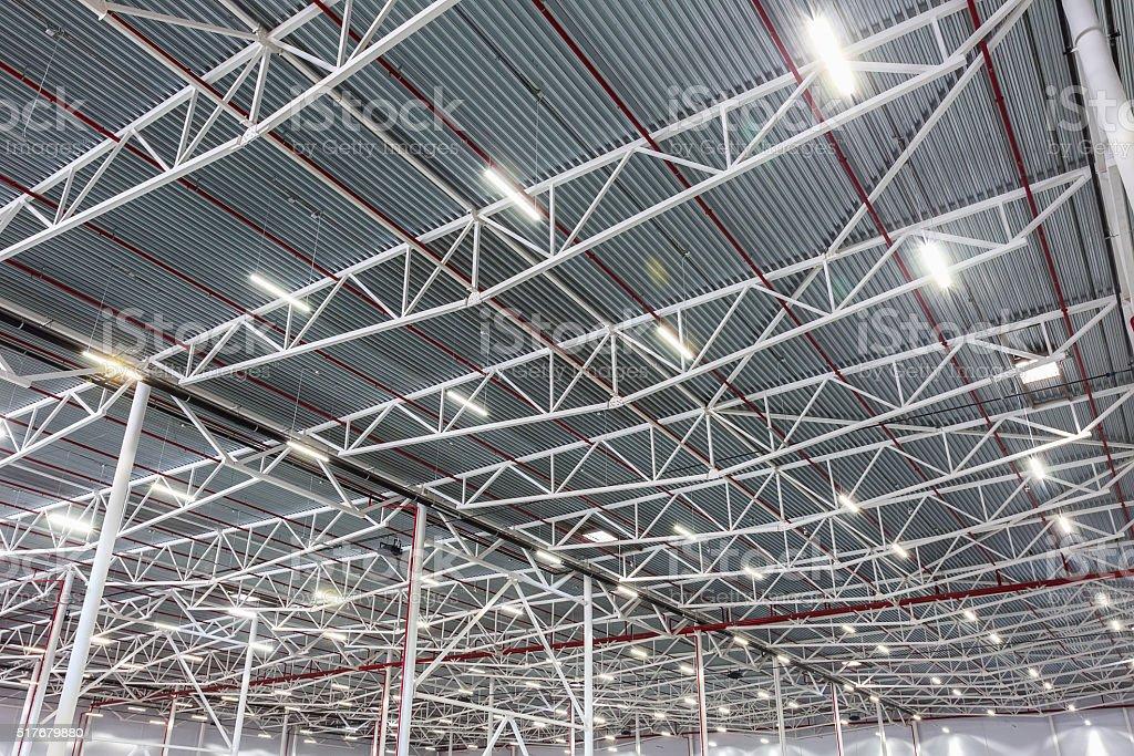 Soffitto con lampade diodo illuminazione in un moderno magazzino