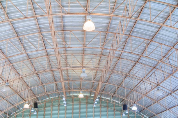 decke dach blech alte struktur beim aufbau innen - pole scheunen designs stock-fotos und bilder