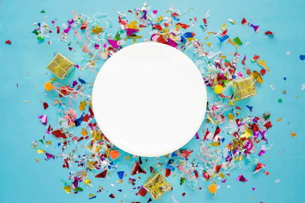 Celebre el concepto de éxito. Un plato circular blanco colocado en el medio. - foto de stock