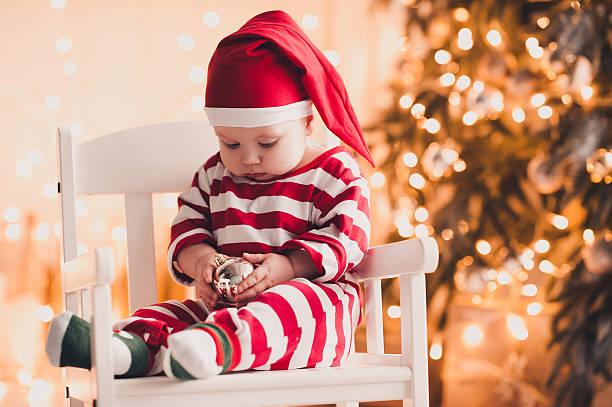 feiern sie weihnachten bei uns wie zu hause fühlen  - festliche babymode junge stock-fotos und bilder