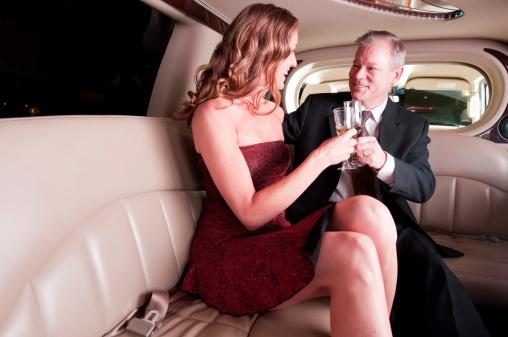 Celebrating Couple In Limo With Champagne Glasses-foton och fler bilder på 30-39 år