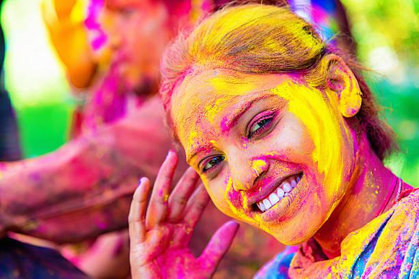 holi festival feiern in indien lächelnd indische mädchen - indische gesichtsfarben stock-fotos und bilder