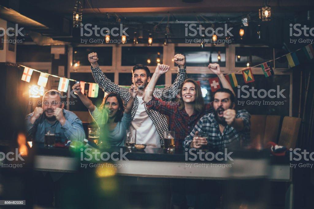 Celebrating in the pub - Foto stock royalty-free di Abbigliamento casual