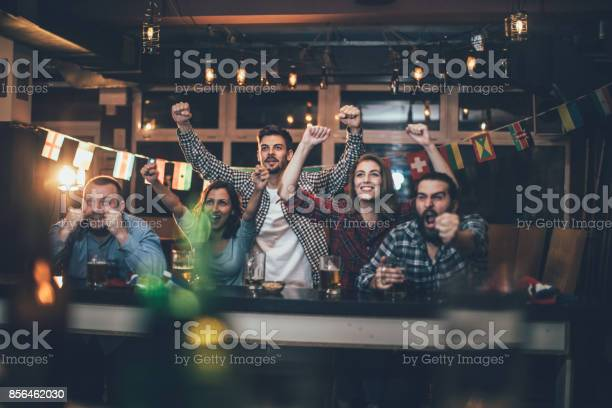 Celebrating in the pub picture id856462030?b=1&k=6&m=856462030&s=612x612&h=wueymgqzff rlfvsqysogbgeio2r4me nl 6c50z0me=