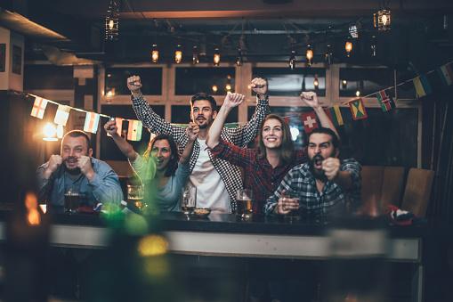 Celebrating In The Pub - Fotografie stock e altre immagini di Abbigliamento casual