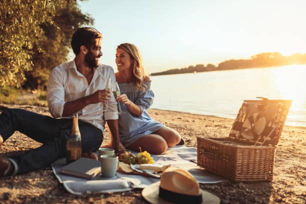 feiern die liebe - romantisches picknick stock-fotos und bilder