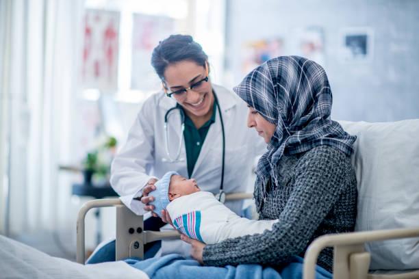 neues leben feiern - neugeborene krankenhaus outfits stock-fotos und bilder