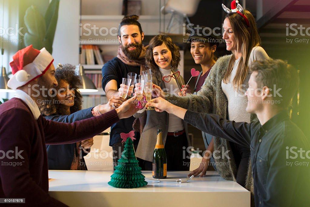 Célébrant le Nouvel An et christimas dans le bureau. - Photo